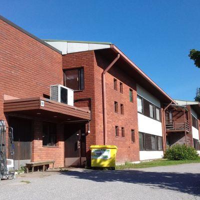 En röd tegelbyggnad i Ingå som tidigare var ett ålderdomshem.