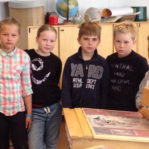 Eleverna Anna Doepel, Jill Högberg, Josephine Söderström, Oscar Gustafsson, Karl Palmqvist och André Forsström i klass fyra vet alla vad mobbning är.