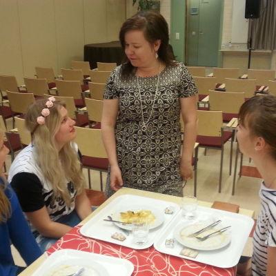 margareta bast-gullberg i samtal med elever