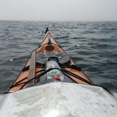 utsikt från en kajak mot dimmig horisont