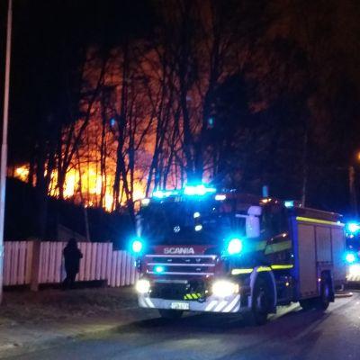 Gamla arbetarhuset i Pansio brinner.
