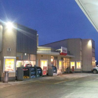 Bensinstationen Shell utvidgar i Karis.