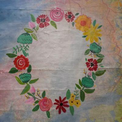 en målad krans på en karta