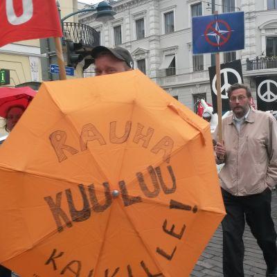 Demonstration för fred och mot NATO i Helingfors