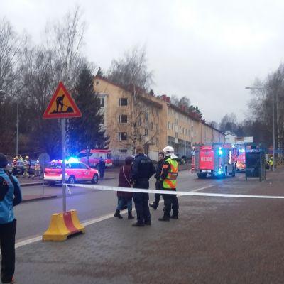 Polisen spärrar av delar av Igelkottsvägen i Helsingfors