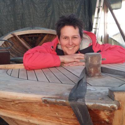Lotta Söderlund ombord på stenlundaren Viktorina