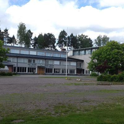 En grå och röd byggnad i Karis som är Karis-Billnäs gymnasium och Karis svenska högstadium.