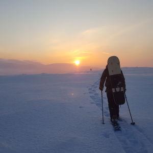 Lumisurffari kävelee Nammalankurussa Muoniossa.