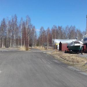 Båtar förvaras i Ingå småbåtshamn där man planerar bostadsmässa.