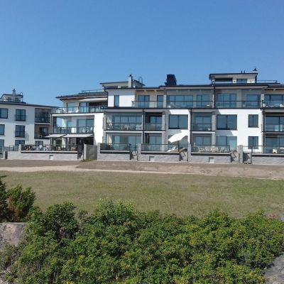 Ett av bostadshusen intill spaet i Hangö på Fabriksudden.