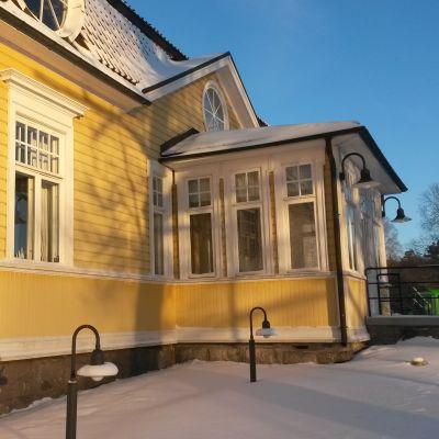 En gul byggnad i trä.