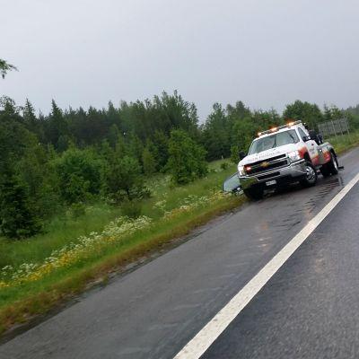 en bil som kört av vägen på borgå motorväg