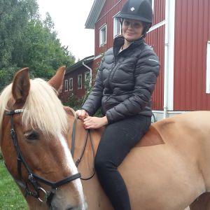 Jessica Grönlund tränar med finnhästen Masa varje dag