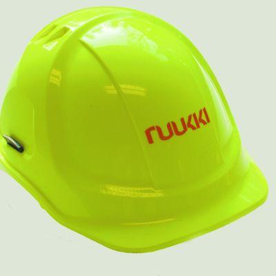 Gul hjälm med Ruukkis logo.