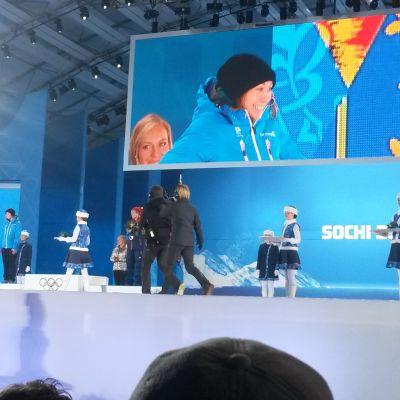 Enni Rukajärvi vid prisutdeningen i Sotji.