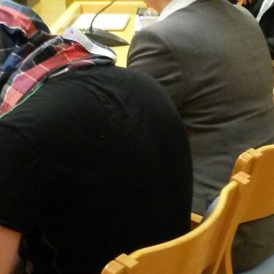 Muhoksen perhekotisurman syytetty oikeudenkäynnissä