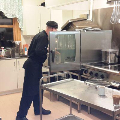 Savolaiskokki Juha Pirskanen tekee ruokaa Norjassa.