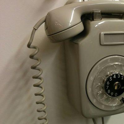 Seinällä oleva lankapuhelin.