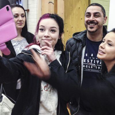 Arman Alizad ja faneja ottamassa selfietä.
