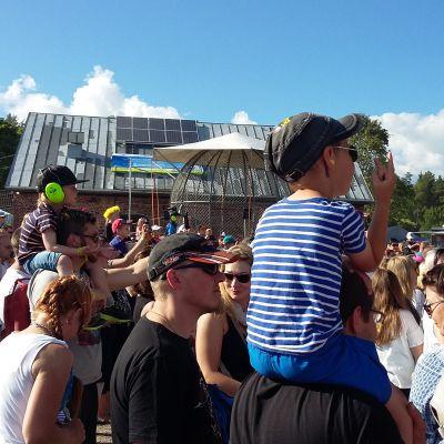 Yleisöä Karjurockissa kesällä 2016