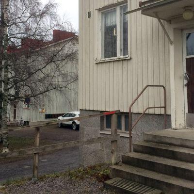 Tampereen Hipposkylässä vanhan puukerrostalon ulkoportaat, taustalla toinen samanlainen talo.