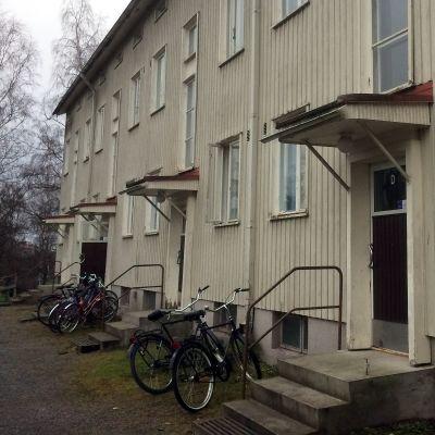 Hipposkylän vanha puukerrostalo Tampereen Kissanmaalla