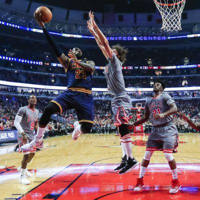 Cleveland Cavaliersin LeBron James yrittää korintekoa Chicago Bullsia vastaan.