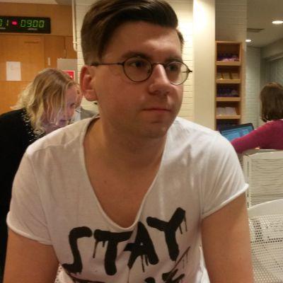 Sebastian Tynkkynen(ps.) odottaa Oulu käräjäoikeuden aulassa rikosjuttunsa käsittelyn alkua.