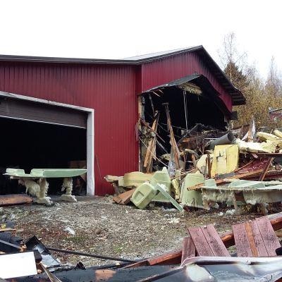Tulipalossa tuhoutunut Suvi-veneet Oy:n teollisuushalli Savonlinnan Silvolassa