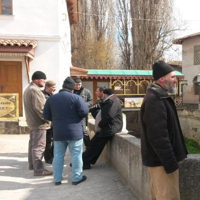 Krimtatarer vid en moské.