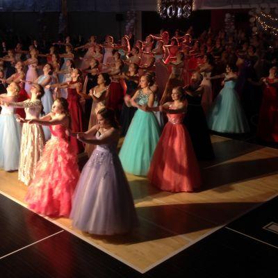 Yhteislyseon vanhat tanssivat Mansikka-ahon liikuntahallissa.
