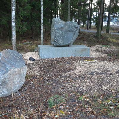 Voiton kivi yheisömonumentti Ässät kivi lohkare Isomäki