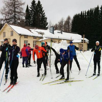 Hiihtäjiä lähdössä ladulle Ahmovaaran koululta.