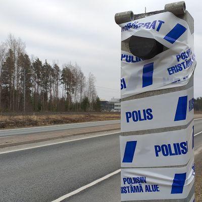 Räjäytetty poliisin automaattisen liikennevalvonnan (liikenteenvalvonnan) kameratolppa Ulvilan Friitalassa. Peltipoliisi.