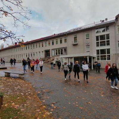 Kosken koulun oppilaita lähdössä koulusta kotiin.