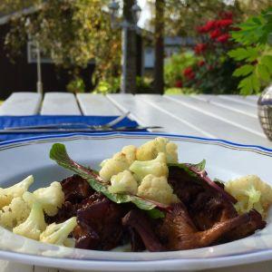 Måndagens lunch blev stekta kantareller med blomkålskräm. Serveras med smörstekta blomkålsbuketter och garneras med ängssyra.