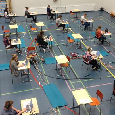 Eleverna i Vasa övningsskolas gymnasium testade det elektroniska studentprovet i modersmål.