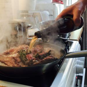 Grävlingen kokas i lokalproducerad cider tillsammans med salt och färsk timjan.