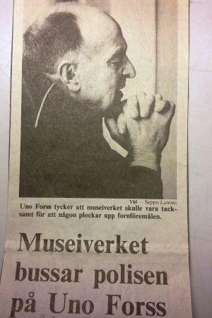 Bild av Uno Forss och rubrik: Museiverket bussar polisen på Uno Forss
