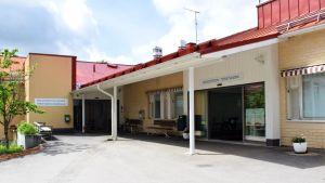 Huvudentrén till Kimitoöns hälsocentral.