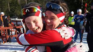 Wilma Westerlund och Anni Lindroos kramar om varandra
