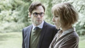 Syskonparet Simon och Amanda i dramaserien Bedrägeriet.