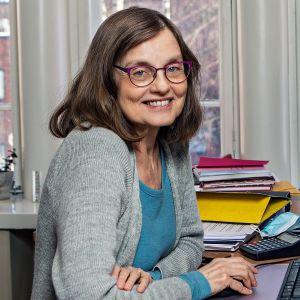 Glasögonprydd kvinna i sitt arbetsrum på Wasa Teater. Marit Berndtson, administrativ chef.