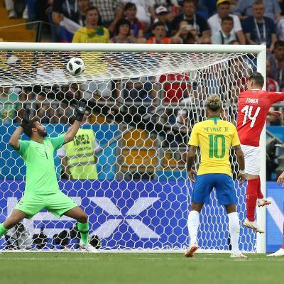 Steven Zuber nickar in bollen i mål mot Brasilien
