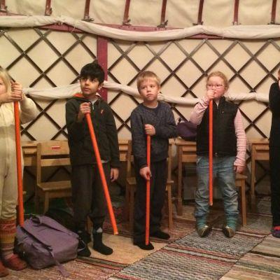 Steiner-koulun ekaluokkalaiset jurttakoulussa