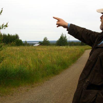 Markku Pölönen Selkien kylän maisemissa kesällä 2014