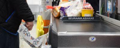 Matvaror upplagda på ett kassaband i affären.