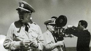 Hollywoodista Nürnbergiin, dokumentti. Kuvassa John Ford (vas.).