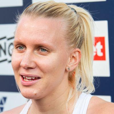 Sandra Eriksson svarar på frågor i en tv-intervju.
