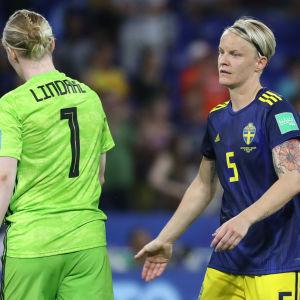Hedvig Lindahl och Nilla Fischer var besvikna efter VM-semifinalen.